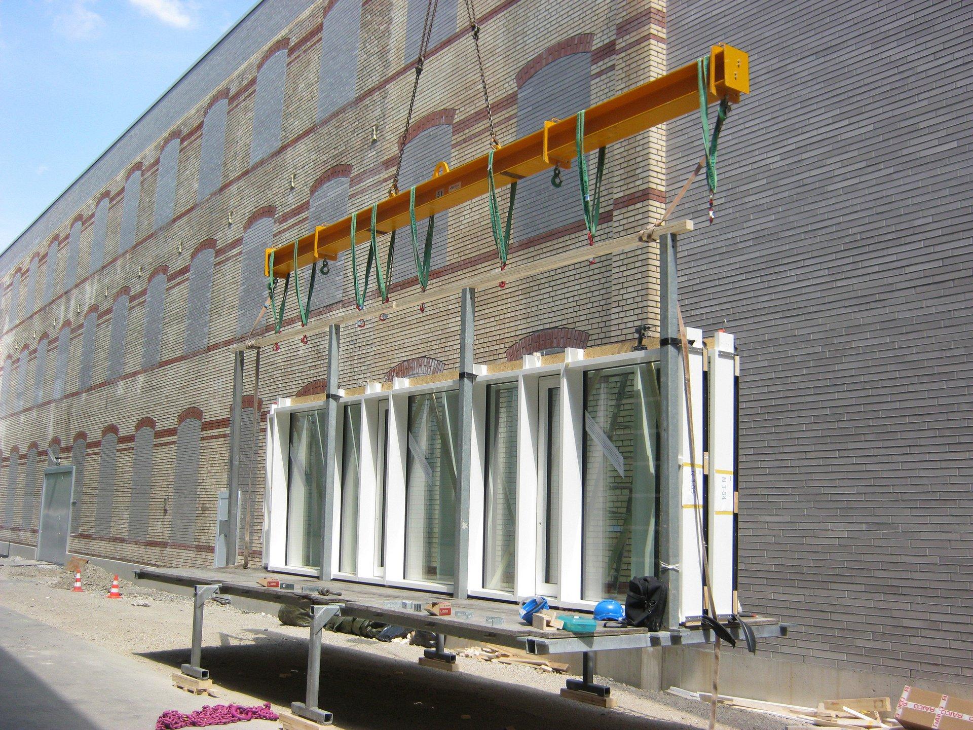 Platzierung grosser Fensterelemente durch Kran