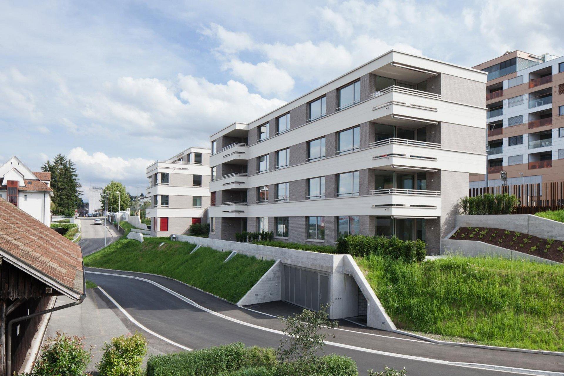 Wohnblock 3-stöckig mit grossen Fenstern und Hebe-Schiebetüren
