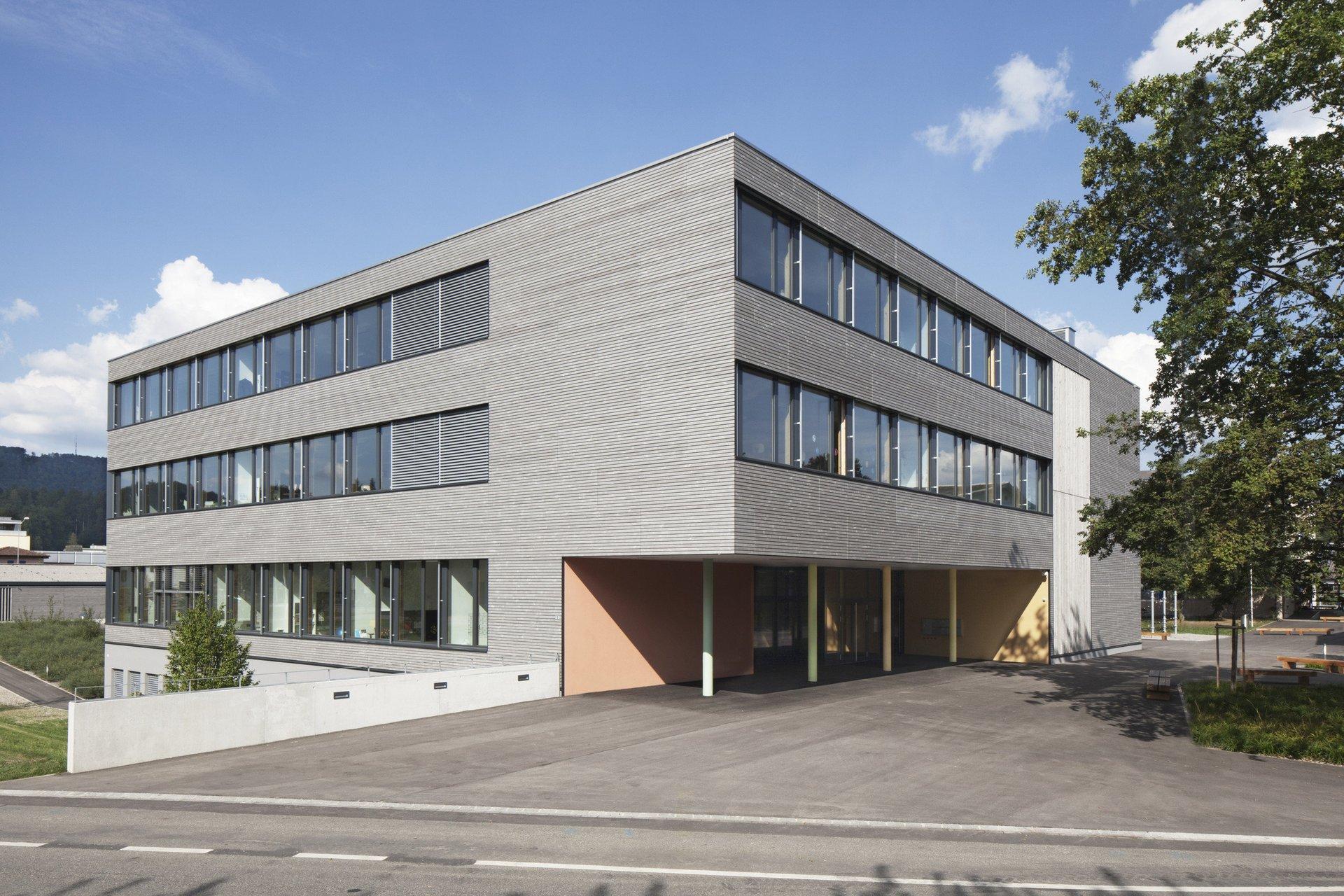 Bâtiment scolaire de 4 étages avec entrée couverte