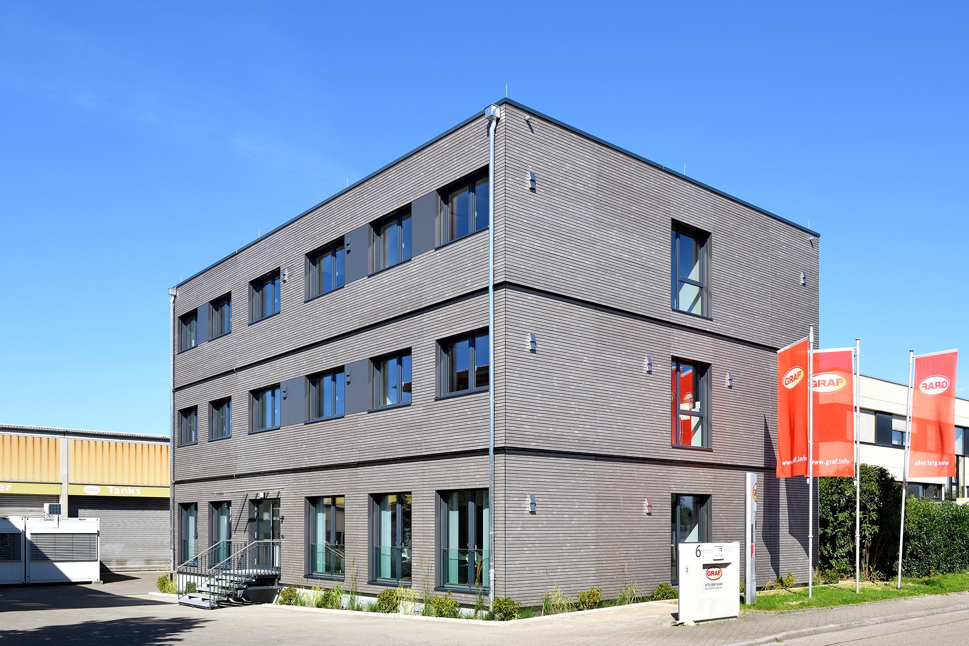 Seitenansicht eines Bürogebäudes mit dem Eingang