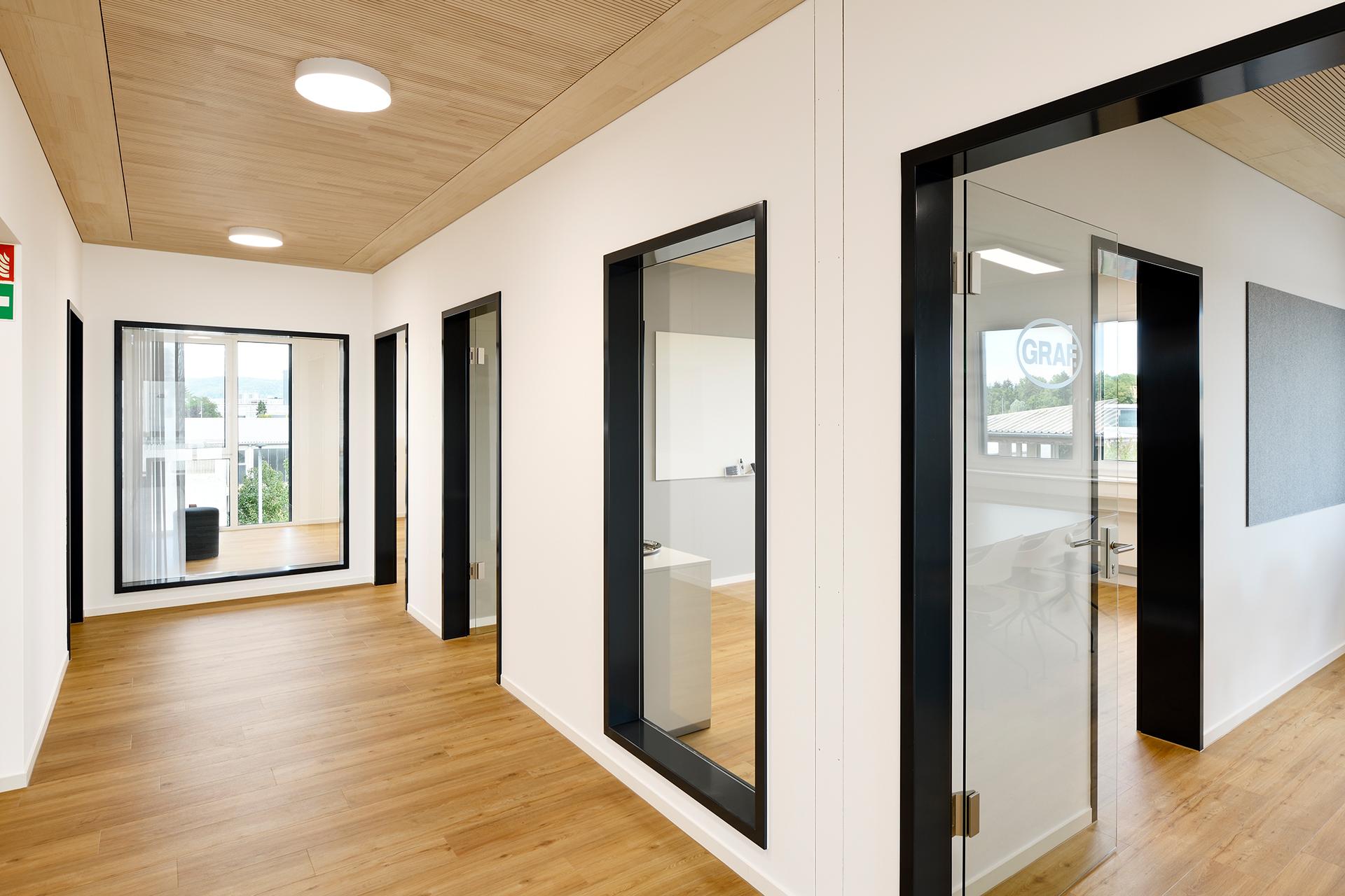 Blick in den Gang, links und rechts Eingänge zu den einzelnen Büros mit den dazugehörigen Fenstern
