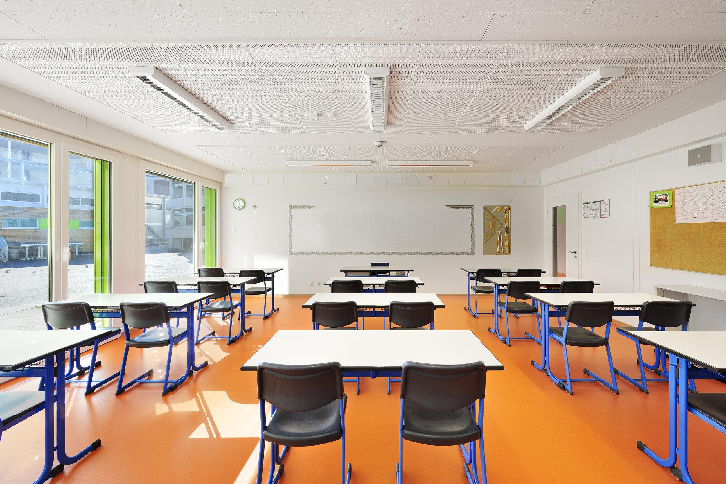 Lichtdurchflutetes Klassenzimmer in hellem und schlichtem Design