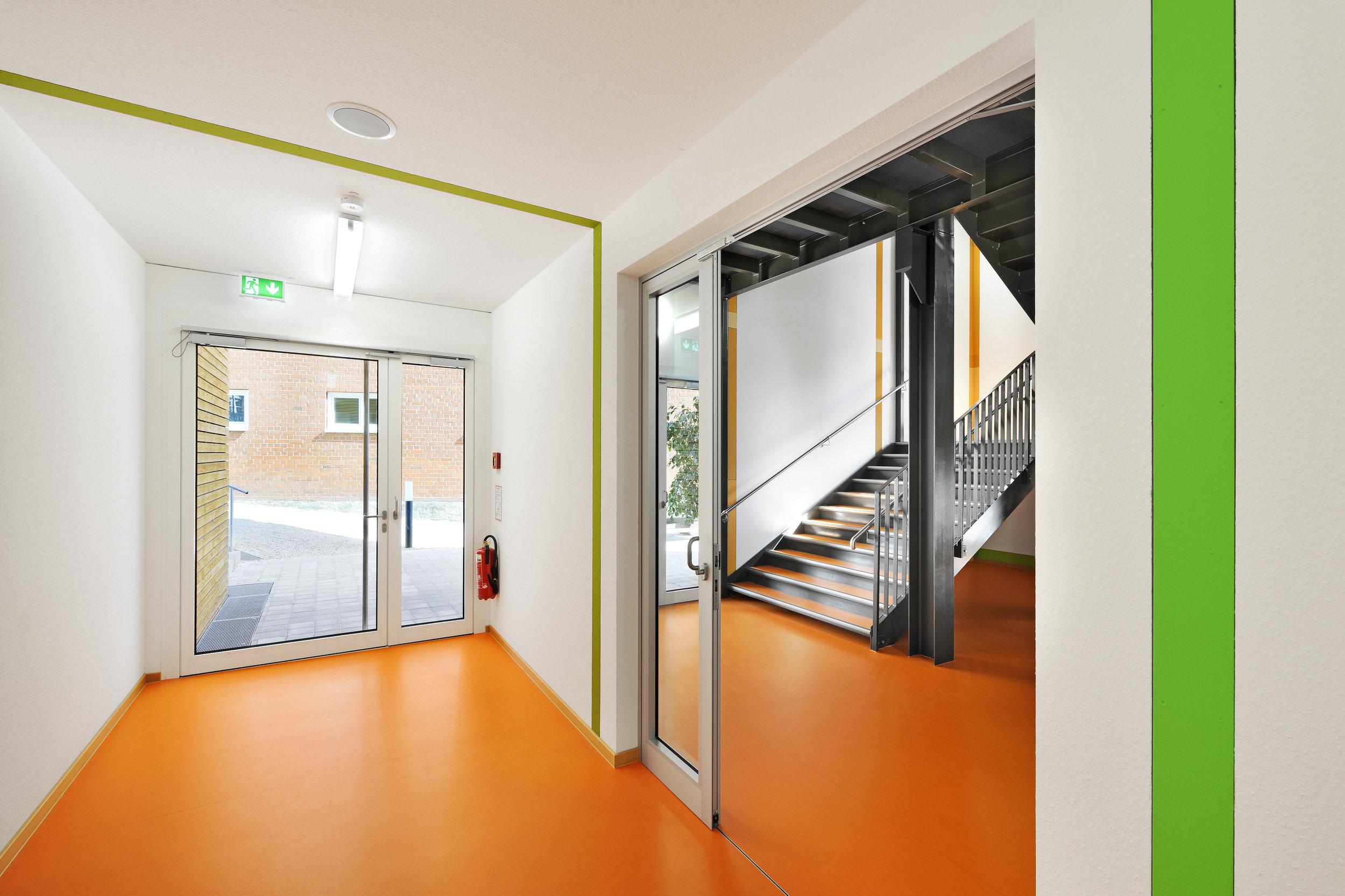 Flur in Schulgebäude in heller und moderner Atmosphäre