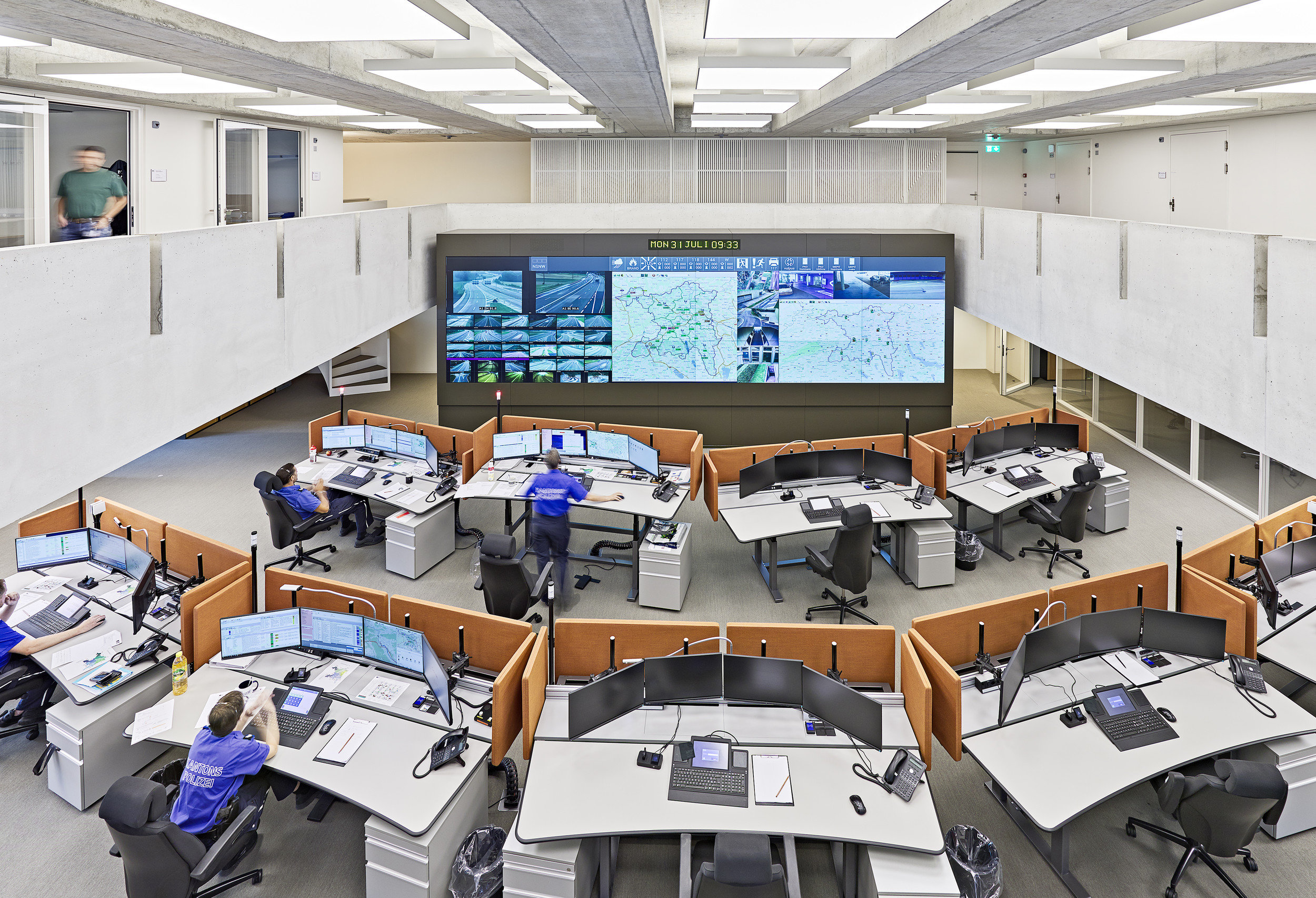 Kontrollzentrum mit mehreren Arbeitsplätzen/ Schreibtischen und elektrischer Ausstattung