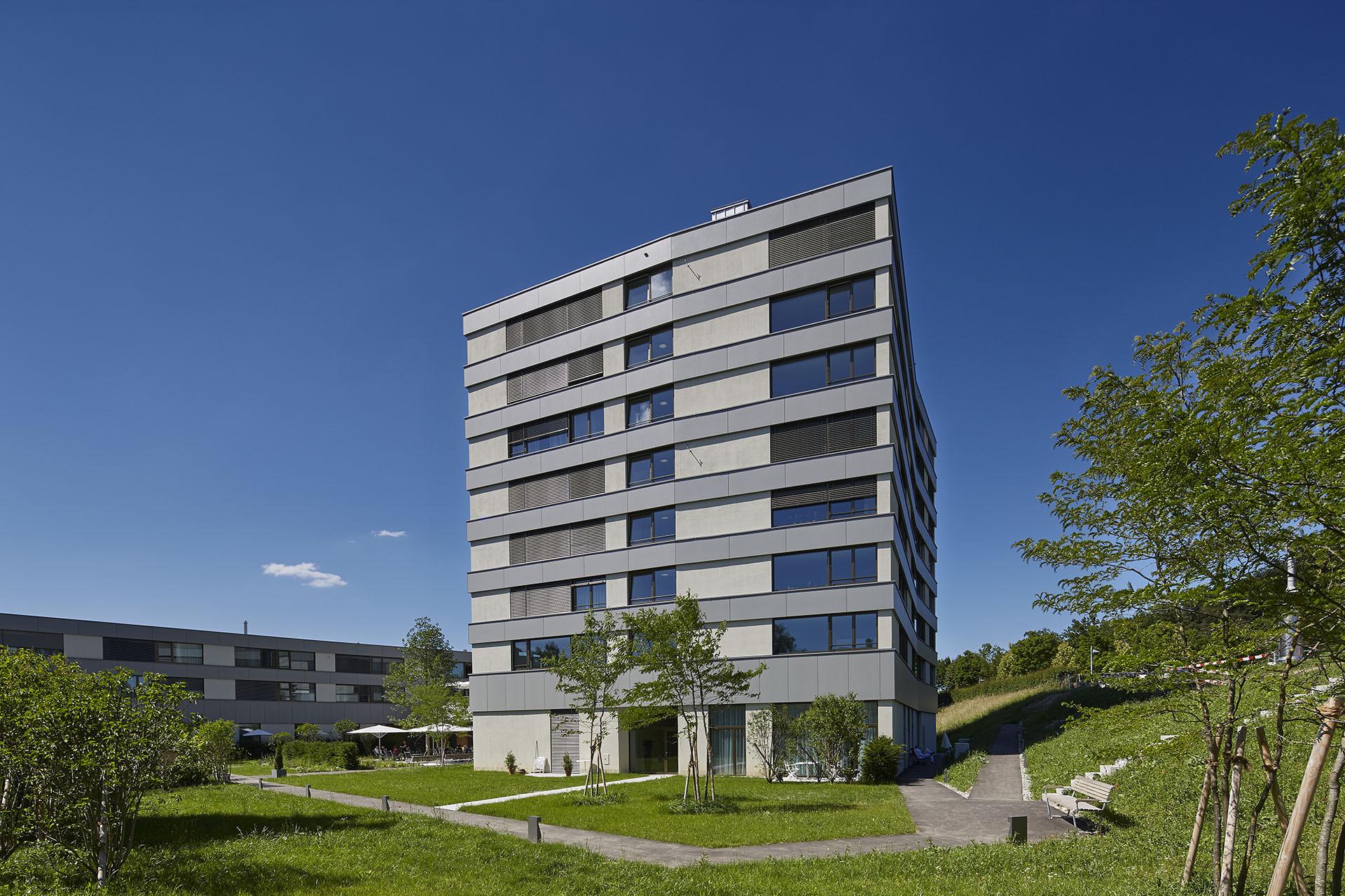 Résidence pour personnes âgées à plusieurs étages, façade généreuse