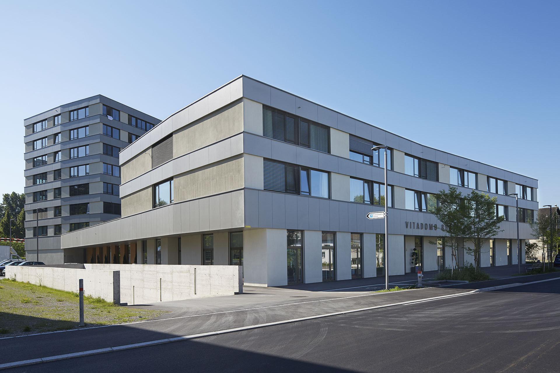 Bâtiment rectangulaire à plusieurs étages, façade généreuse