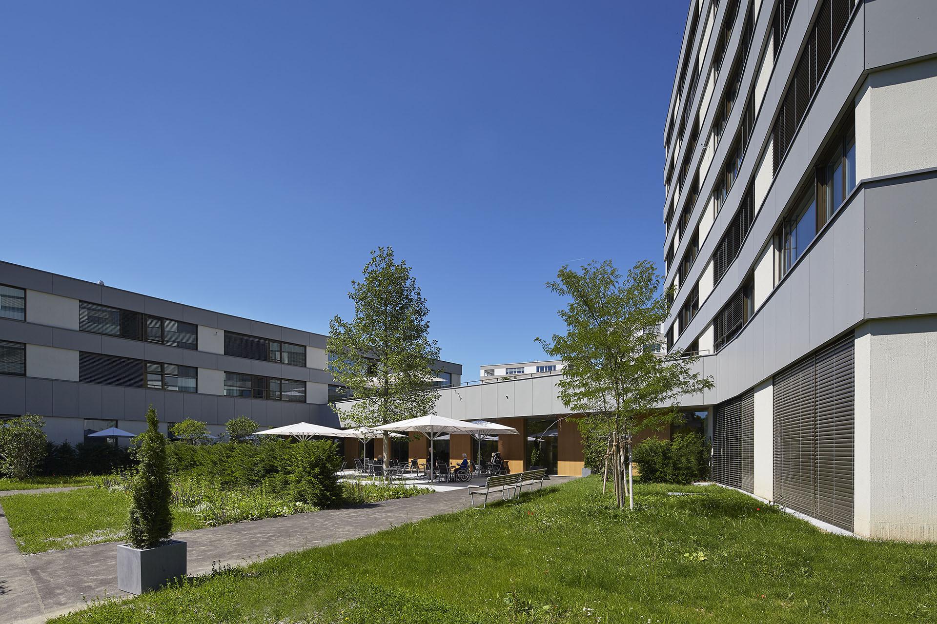 Cour de la résidence pour personnes âgées, fenêtres en bois-métal de distribution régulière