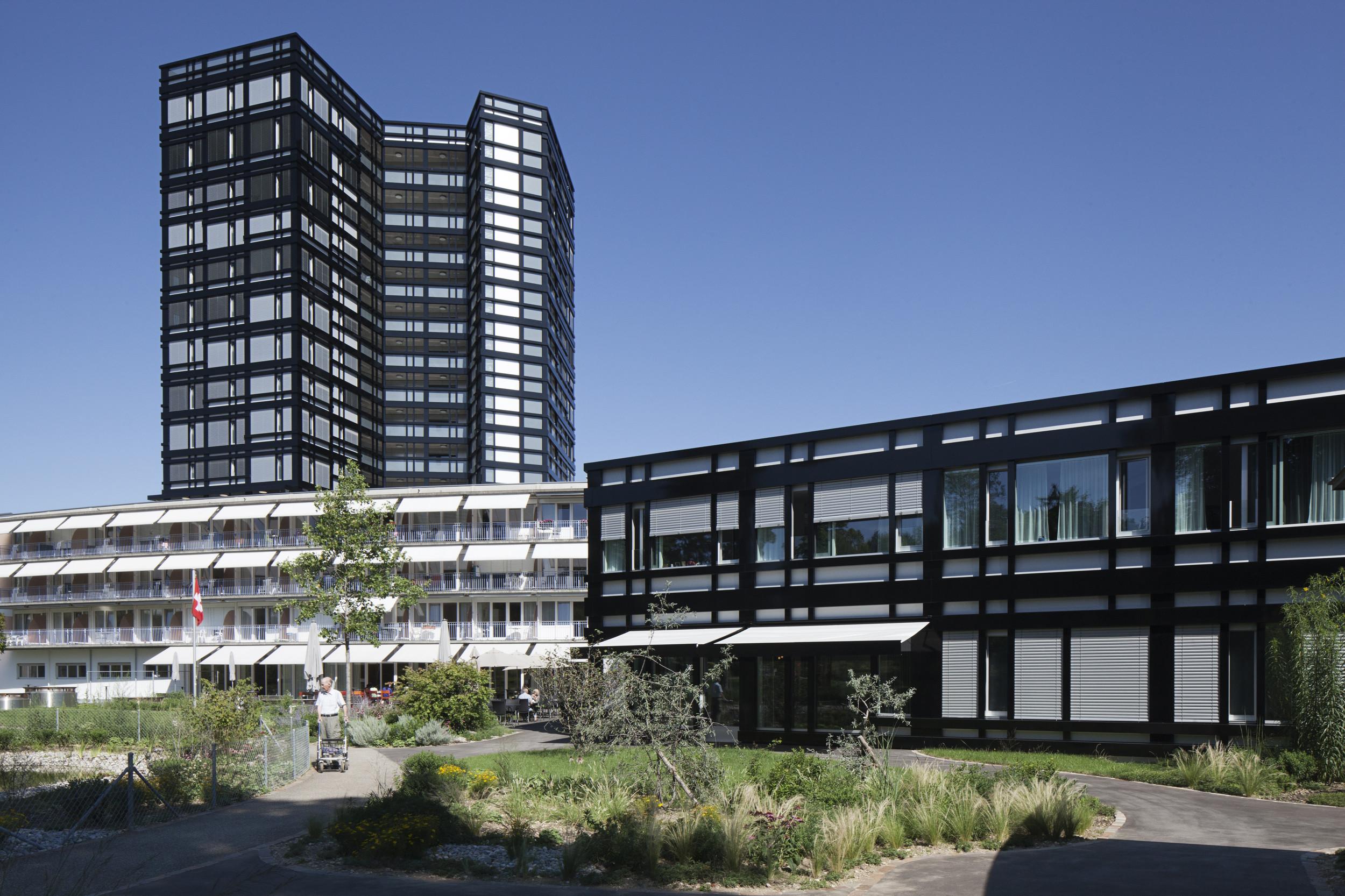 mehrgeschossiges Gebäude mit 2-teiligem 2 und 3-geschossigem Gebäude davor