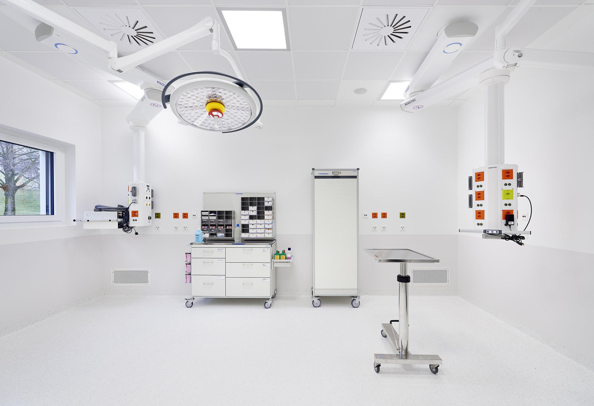 Ausgestatteter Operationssaal in hellem und modernem Design