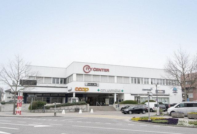 Centre commercial avant surélévation, avec agencement régulier des fenêtres