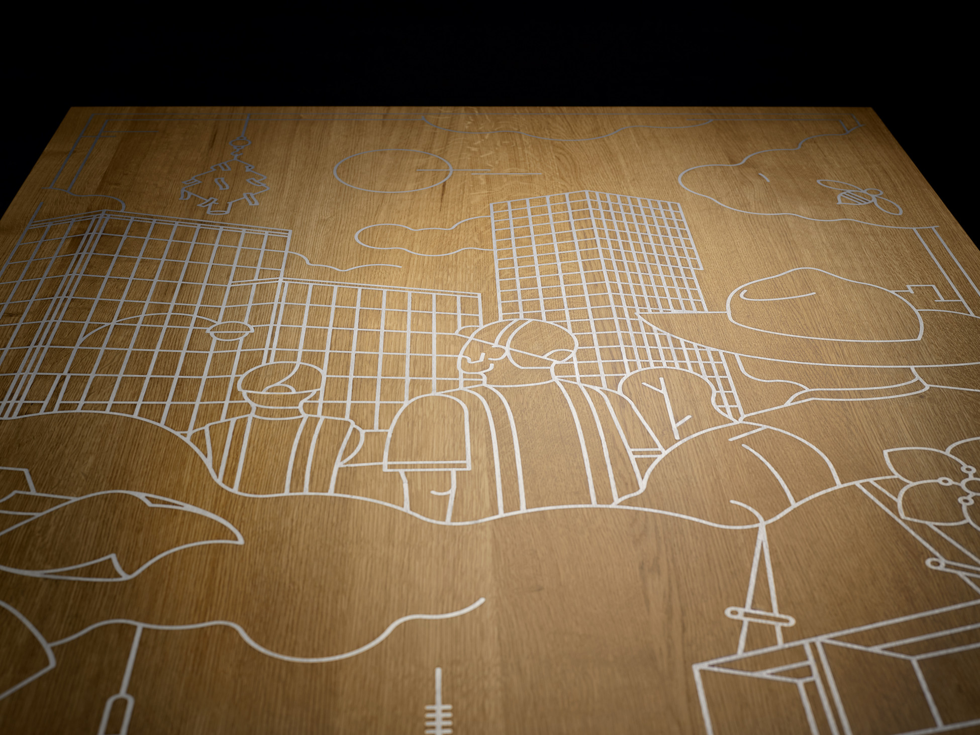 Grosser Holztisch mit eingravierter Firmengeschichte in Zinnguss