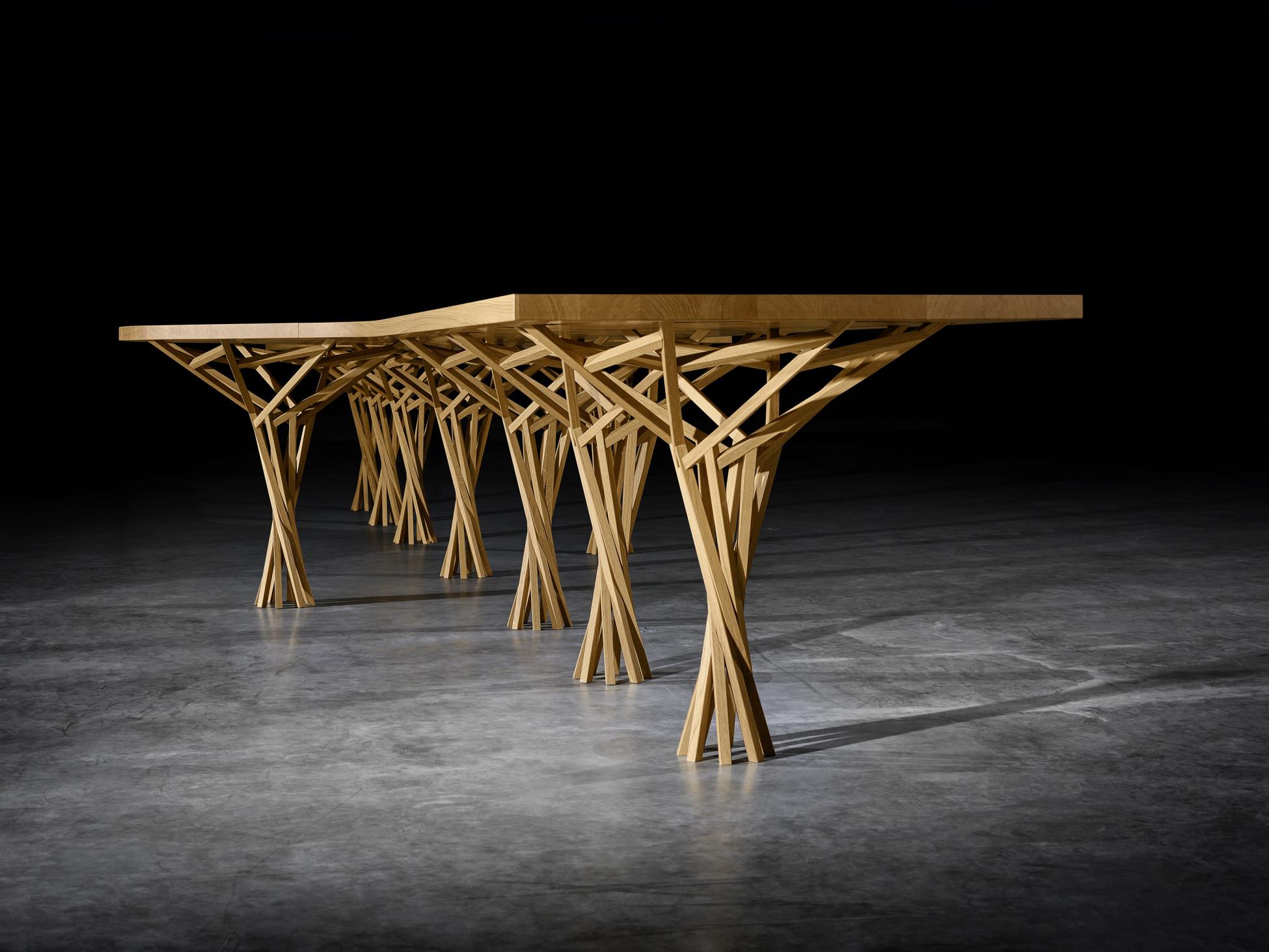 Langer Holztisch mit 9 filigranen Holzbeinen in parametrischem Design