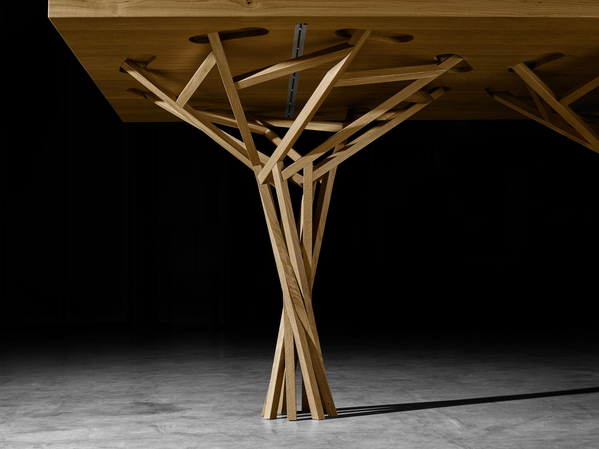Unterseite eines Holztisches mit filigranem Holzbein parametrisch designet