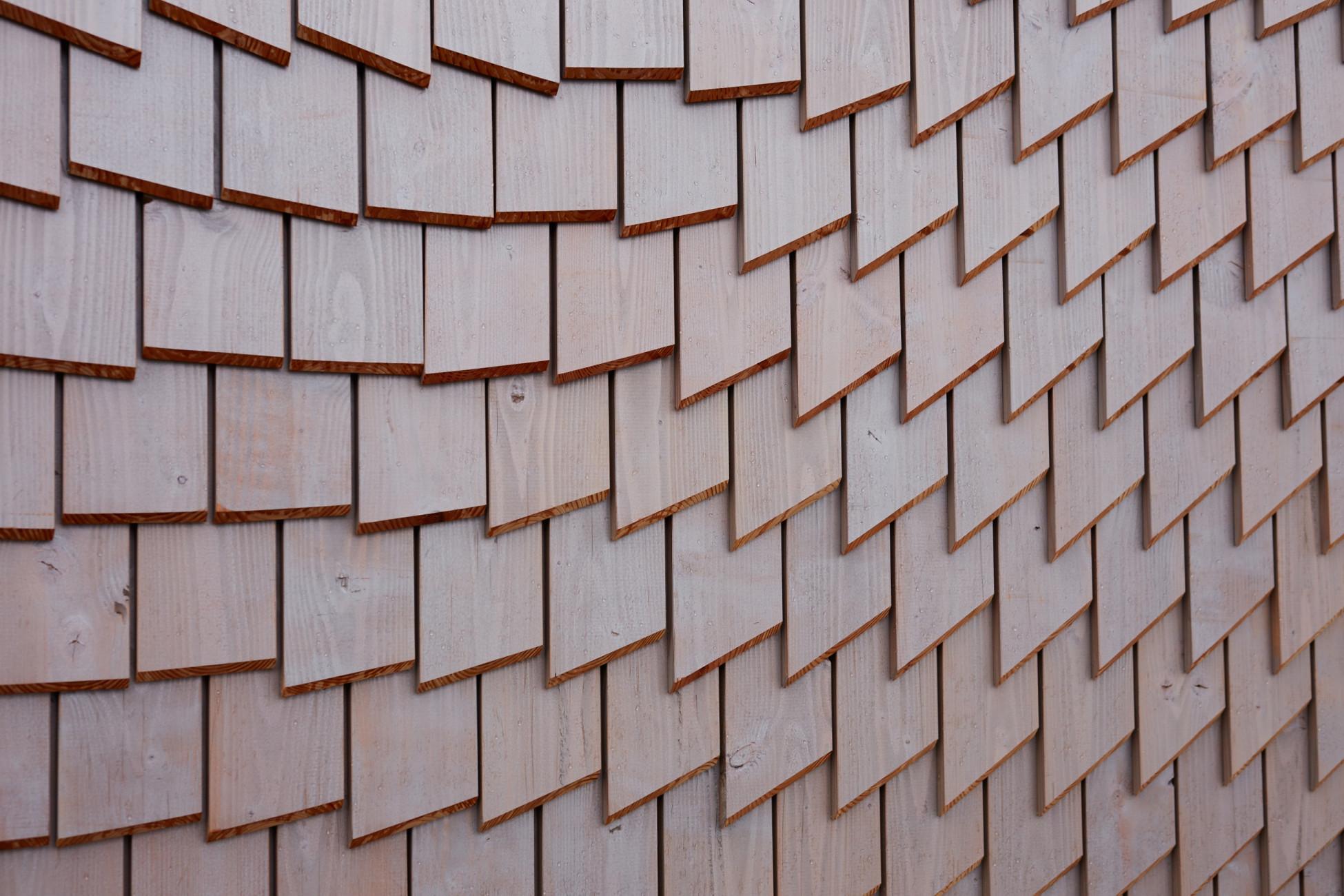 Geradlinige Parametrische Fassade aus Holz; Schindelfassade