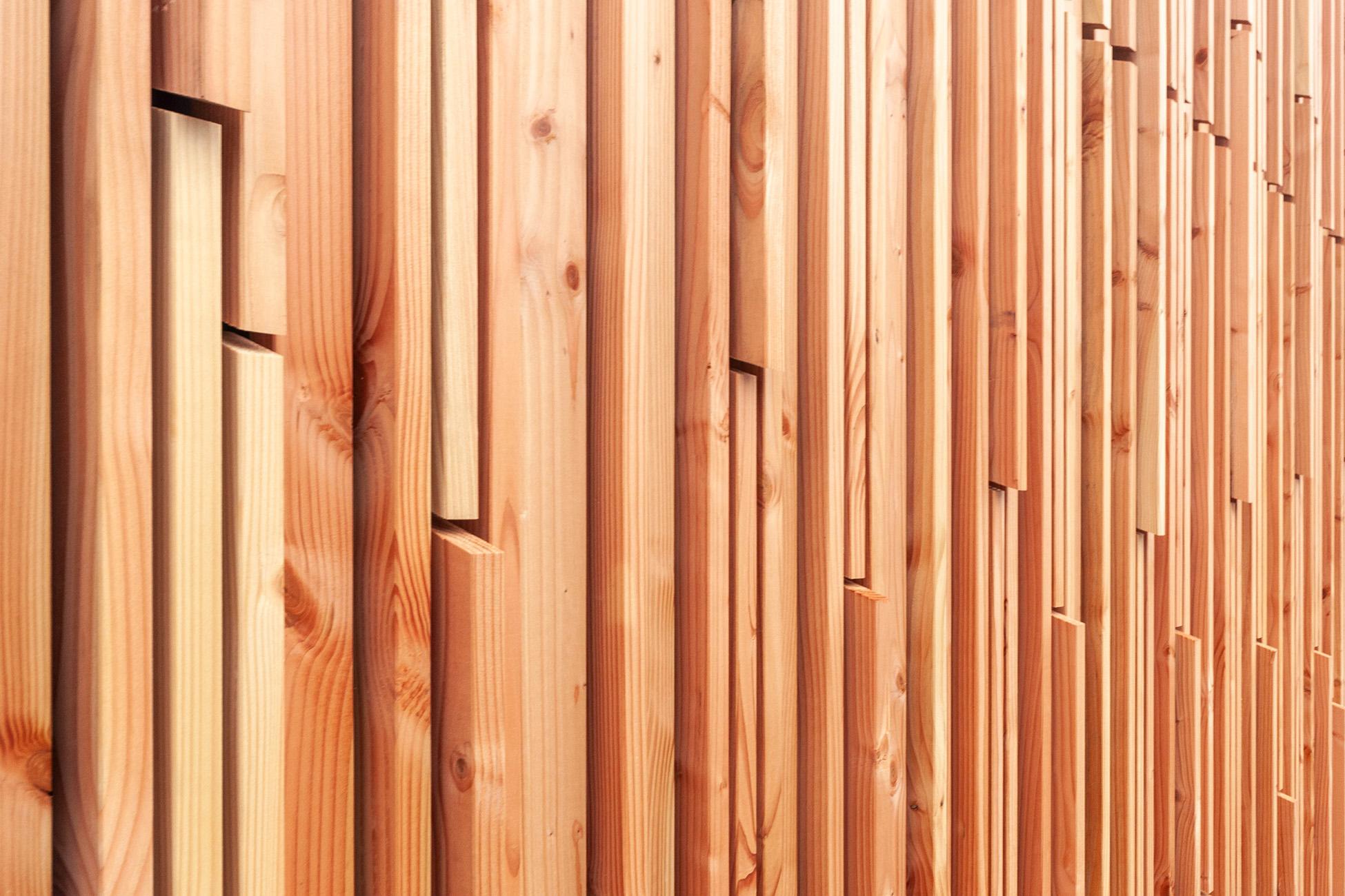 Fassade in Naturholzfarbe, mehrschichtig und parametrisch