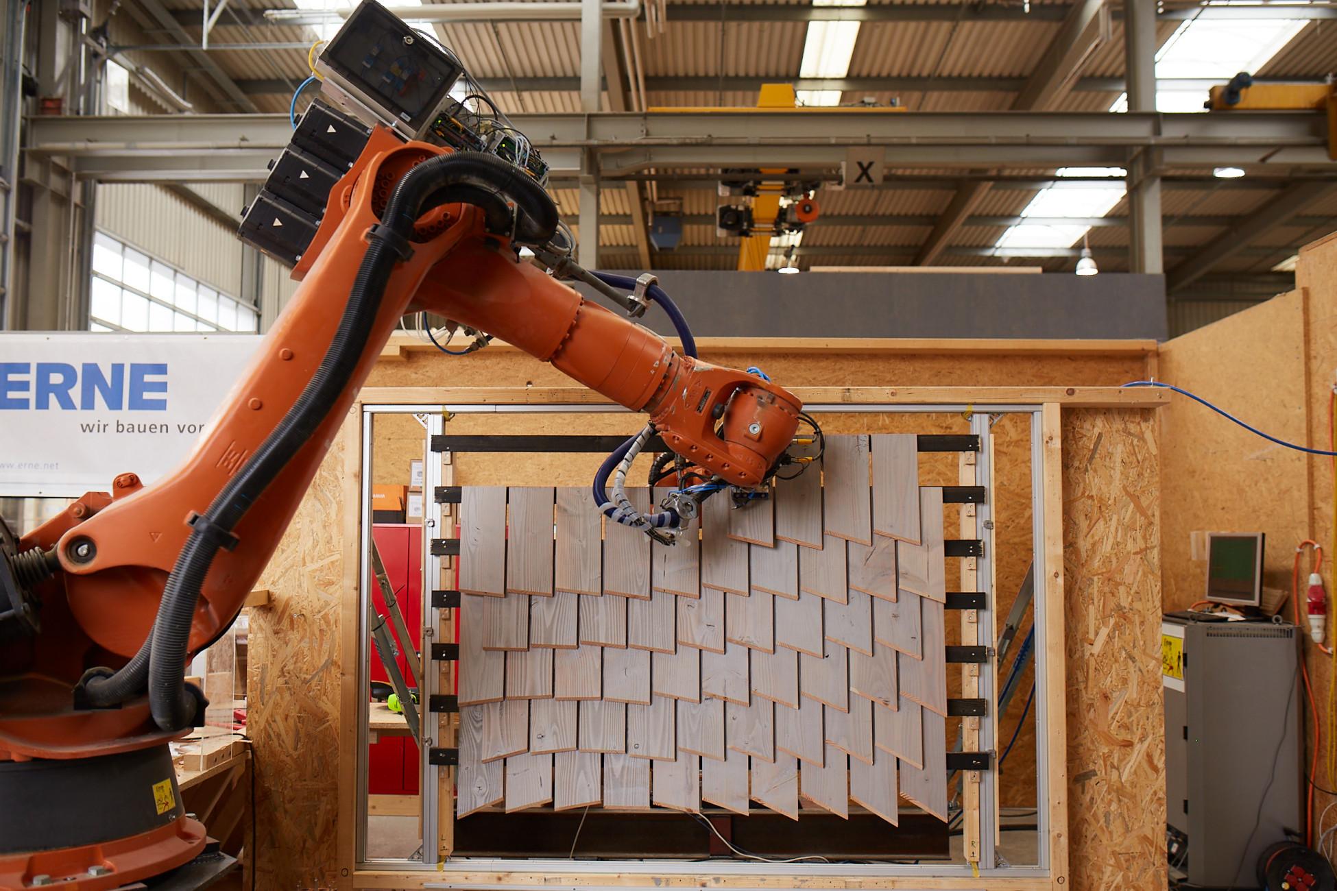 Kuka Roboter assembliert eine parametrische Fassade