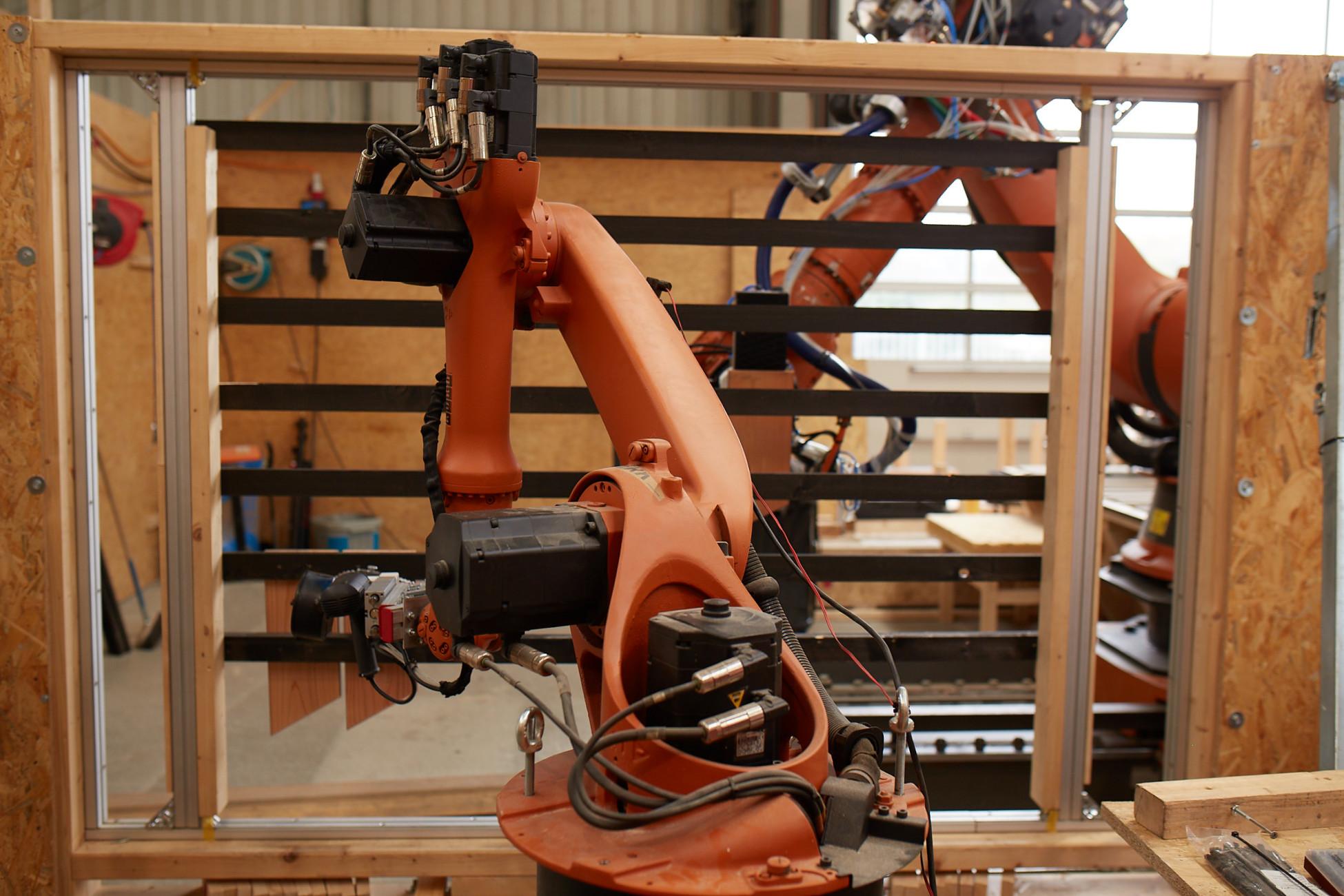 2 Roboter fertigen eine parametrische Fassade